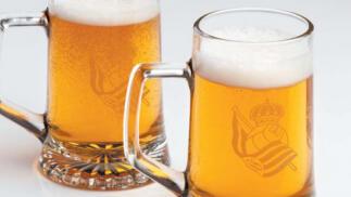 2 jarras de cerveza con el escudo de la Real Sociedad