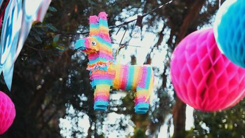 Celebra el cumpleaños de tu hijo de manera original: paseo a caballo + piñata