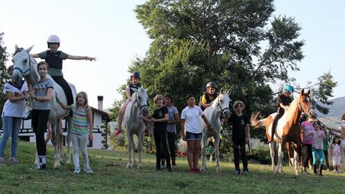 Goiz pasa con caballos, senderismo, trabajos de huerta y practicando Euskera