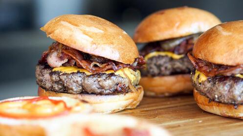 Menú para dos personas con dos hamburguesas, ración de paratas fritas y dos bebidas