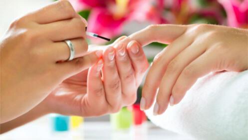 Manicura y Pedicura con masaje y esmaltado en Peluquería y Estética N y L