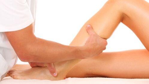 Tratamiento de piernas cansadas con vendas + masaje relajante en espalda