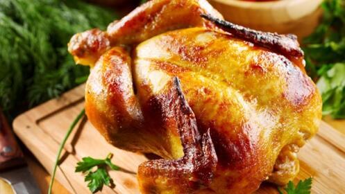 Pollo asado para llevar, ensalada, croquetas, patatas y bebidas