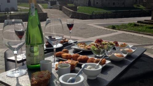 Menú en miniatura: 7 pintxos con 3 postres y bebida