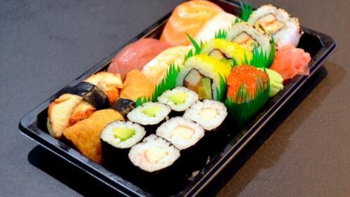 Bandeja sushi fusión 'take away' en Mercado San Martín